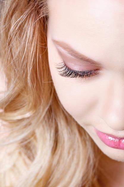Салон макияжа для голубых глаз. часть красивого лица крупным планом Premium Фотографии
