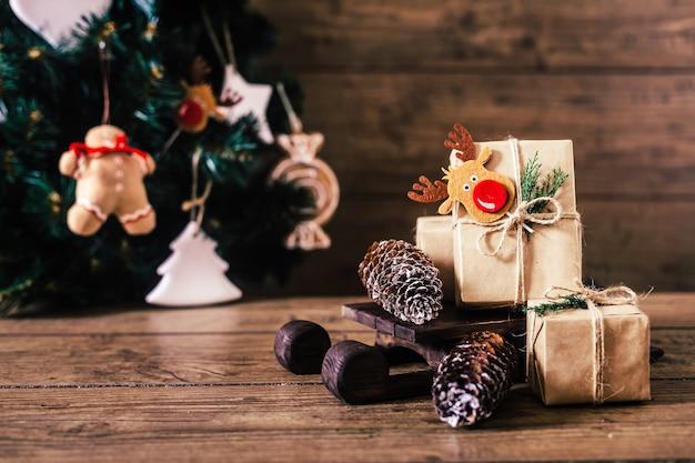 木製の背景にボックスでクリスマスプレゼント Premium写真