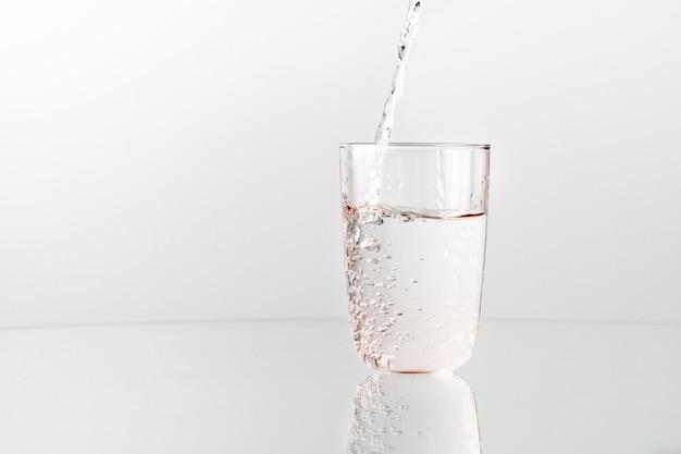 ボトルからグラスに水を注ぐ Premium写真