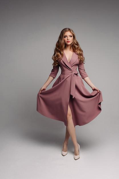 きれいな金髪の長いインクドレスと回転 Premium写真