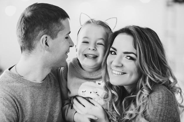 小さな娘と幸せな家庭。クリスマス Premium写真