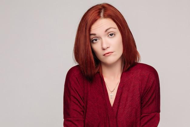 Бизнес женщина носить красную рубашку с пассивных эмоций и глядя разочарованы. Premium Фотографии
