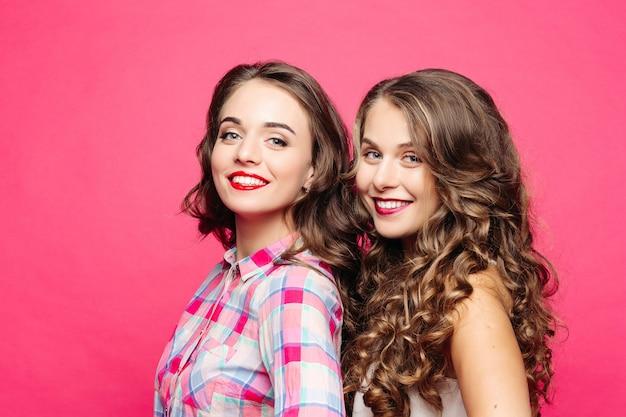 壮大なウェーブのかかった髪と赤い唇を持つ美しい女の子のスタジオビュー Premium写真