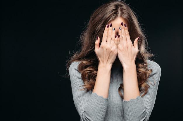 показаниям что значит фото с закрытым лицом руками может
