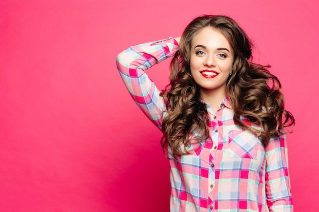 ビューティーサロン後のチェックのシャツで肯定的な女性。 Premium写真