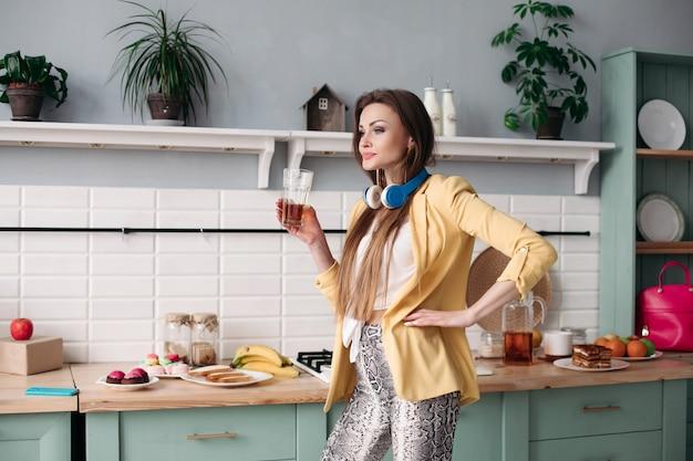 朝自宅でジュースを飲む美少女 Premium写真
