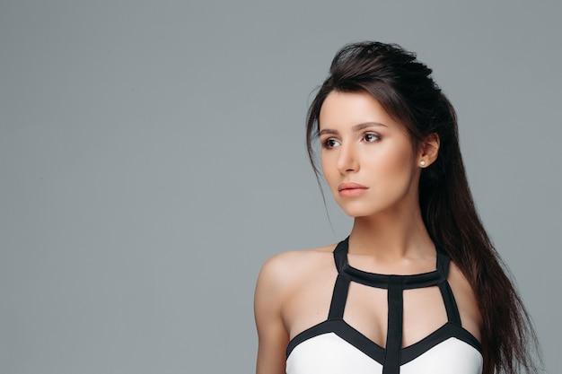 長い髪の穏やかな素敵な女性 Premium写真