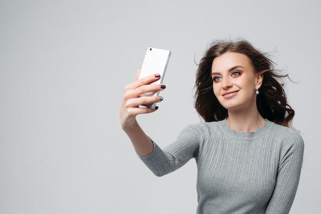 写真をやって魅力的な少女 Premium写真