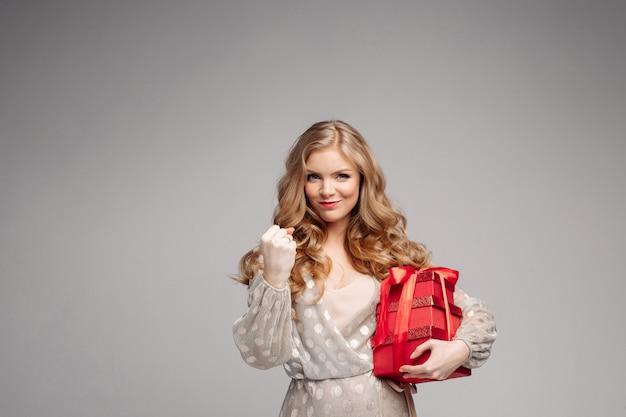 うれしそうな女性プレゼントの箱をたくさん持っている女性。 Premium写真
