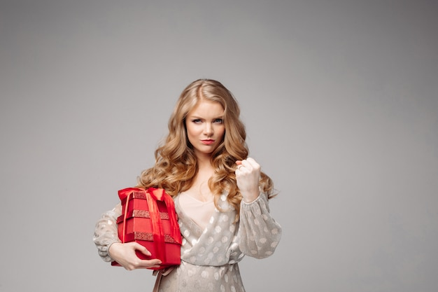 Радостная женщина женщина держит много коробок с подарками. Premium Фотографии