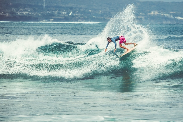 Мужчины и девушки занимаются серфингом Бесплатные Фотографии