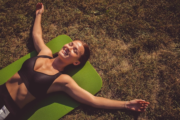 公園で運動をする少女 無料写真