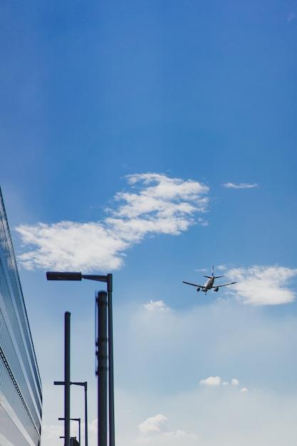 飛行機は青い空を飛んでいます。 無料写真