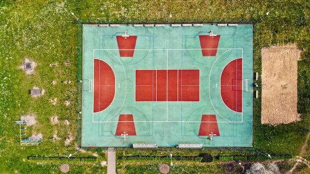 Пустая спортивная площадка сверху, закрытая для публики Premium Фотографии