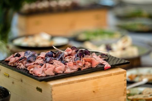ビュッフェテーブルの肉スナック Premium写真