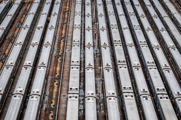 Высокий угол с высоты птичьего полета хадсон ярдс депо с железнодорожными линиями Premium Фотографии