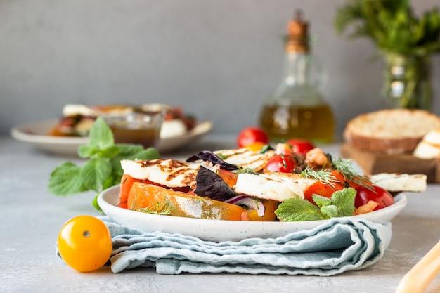 Салат из помидоров, запеченного перца и лука с жареным сыром Premium Фотографии