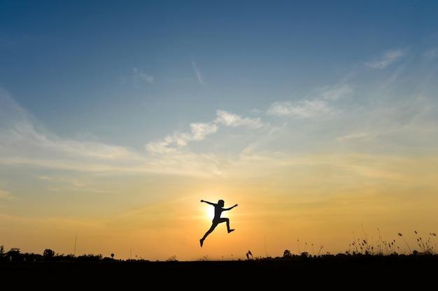 人の丘のジャンプ、ビジネスコンセプトのアイデア 無料写真