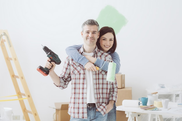Пара делает ремонт дома Premium Фотографии