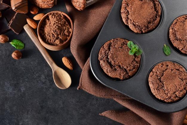 ナッツとチョコレート、黒の背景のブラウニー Premium写真