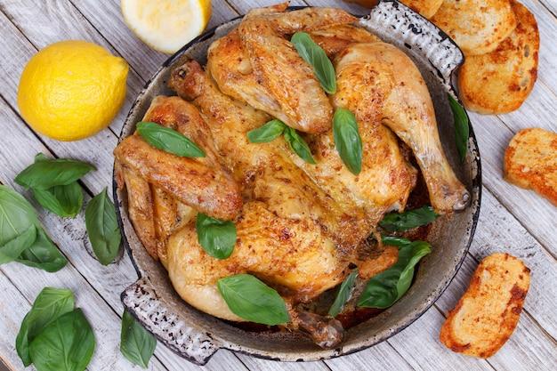 Курица на хлебе с травами и лимоном Premium Фотографии