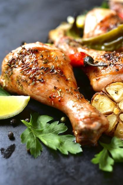 鶏もも肉のグリル Premium写真