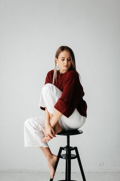 スタジオで若い美しい女の子、ファッション肖像画 無料写真