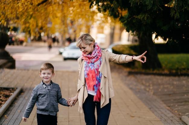 Мать с сыном, прогулки на свежем воздухе осенью Бесплатные Фотографии