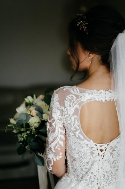 花嫁の手でウェディングブーケ 無料写真