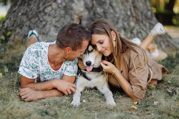 若いカップルとハスキー 無料写真