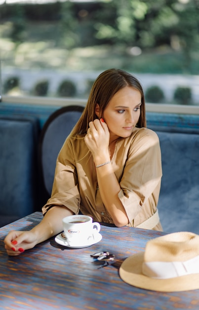 カフェで若いきれいな女性 無料写真