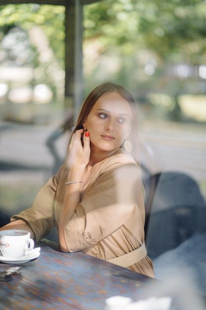Молодая красивая женщина в кафе Бесплатные Фотографии
