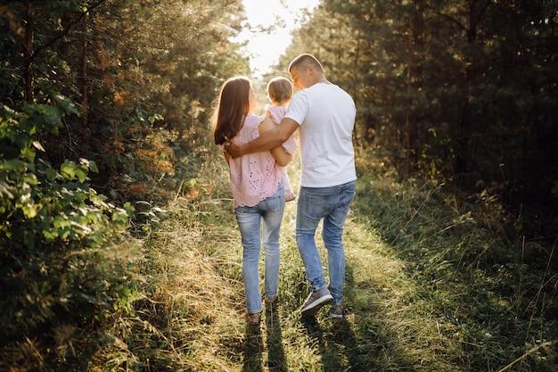 Счастливая семья на свежем воздухе Бесплатные Фотографии