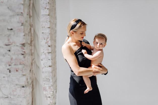 Молодая мать и ее прекрасная дочь Бесплатные Фотографии