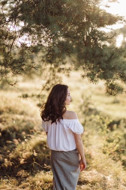 森を歩く若い女性 無料写真