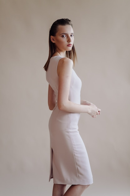 若いエレガントな女性のファッションの肖像画 無料写真