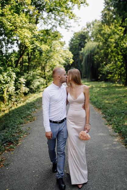 公園のラブストーリー。幸せな男と女 無料写真