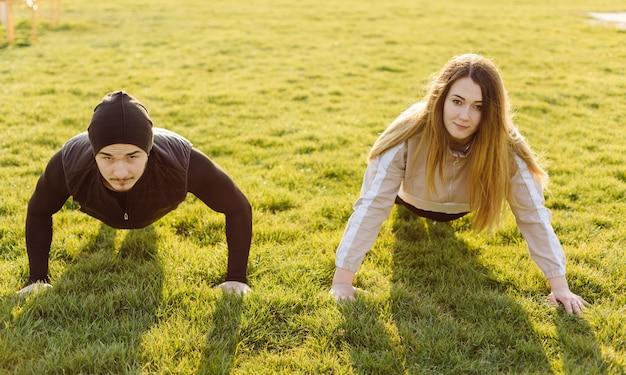 友達のフィットネストレーニング一緒に屋外でアクティブな健康的な生活 無料写真
