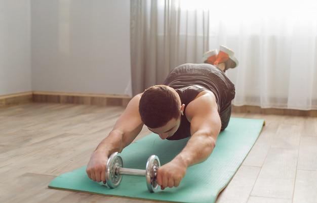 若い男が自宅でスポーツ演習を行う 無料写真