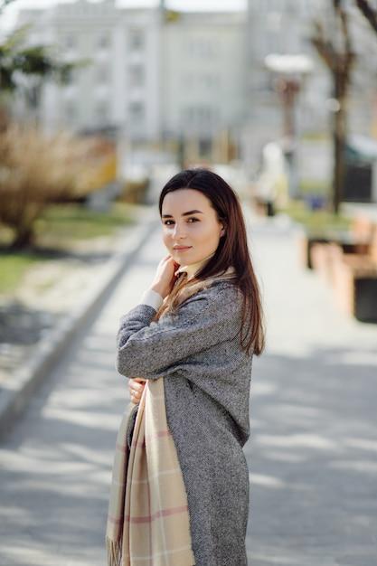 通りを歩いて女性の肖像画 無料写真