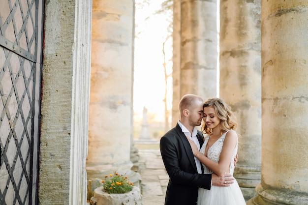 結婚式の日にポーズ美しいカップル 無料写真