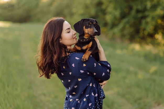 彼女の子犬と散歩に若い女の子 無料写真