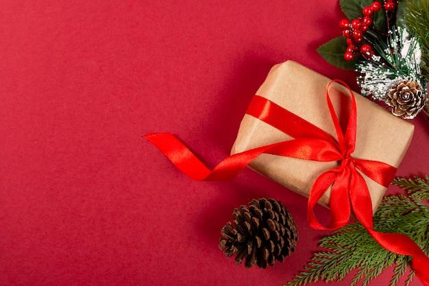 創造的なクリスマス。赤の背景。 Premium写真