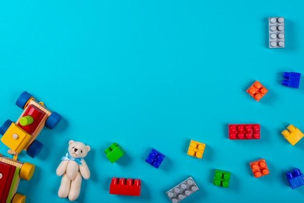 青色の背景にさまざまな子供のおもちゃ。 Premium写真