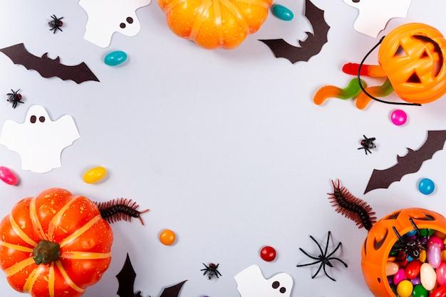カボチャ、キャンディー、ゴースト、クモ、コウモリ、灰色のムカデ。 Premium写真