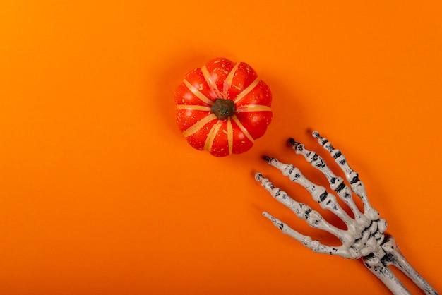 オレンジ色のカボチャを引くスケルトン Premium写真