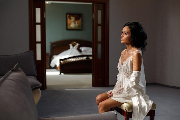 寝室で笑顔の花嫁女性 Premium写真