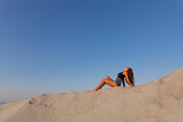 砂浜で一言で言えば魅力的な女性のお尻。 Premium写真