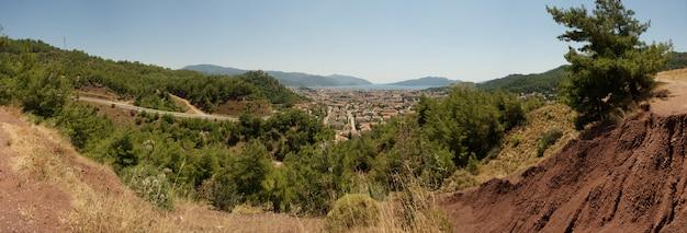 晴れた夏の日のトルコ、マルマリスの平面図。山からの旧市街のパノラマ Premium写真