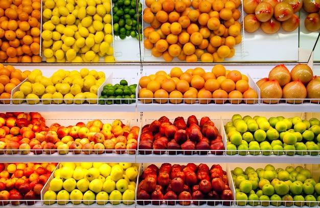 Счетчик с фруктами в супермаркете Premium Фотографии